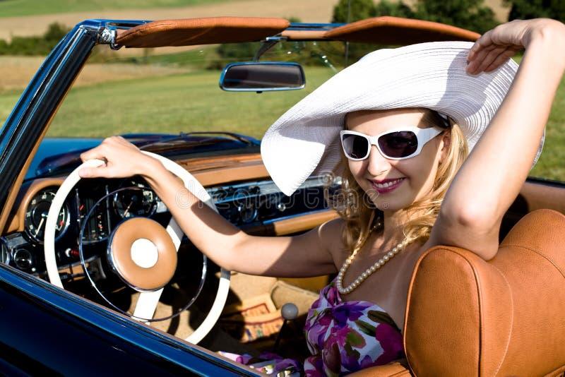 Frau und klassisches Auto lizenzfreie stockbilder