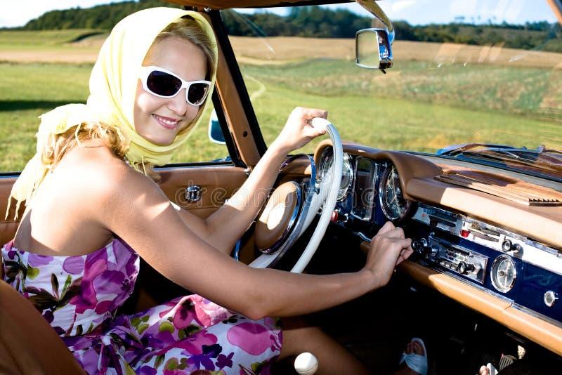 Frau und klassisches Auto stockfotos