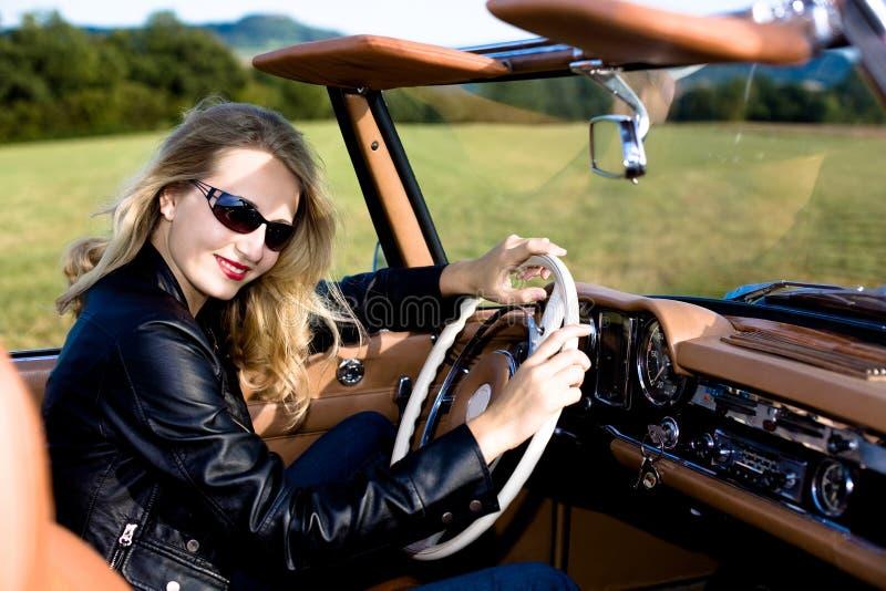 Frau und klassisches Auto lizenzfreies stockfoto