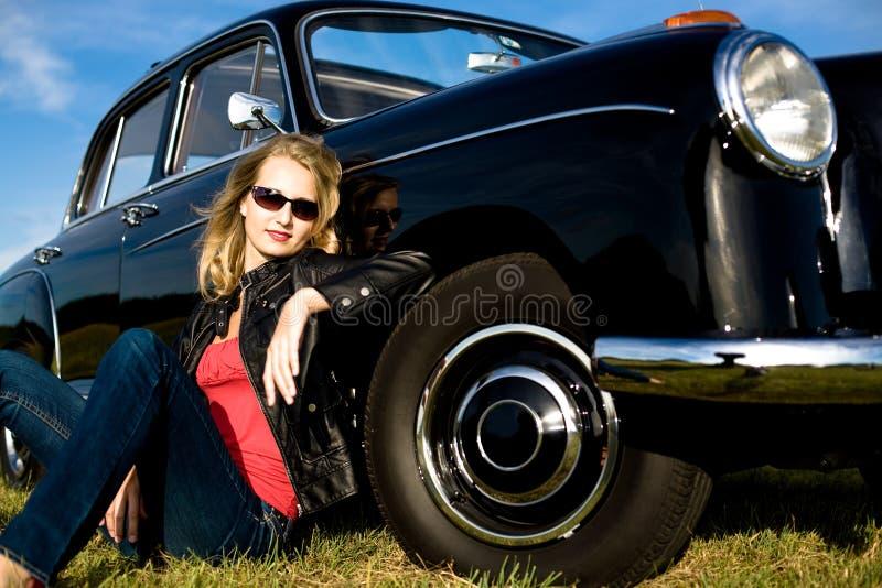 Frau und klassisches Auto stockfoto