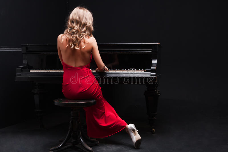 Frau und Klavier lizenzfreies stockbild