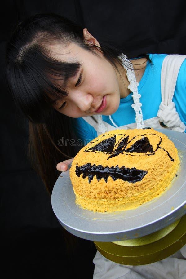 Frau und Kuchen stockbilder