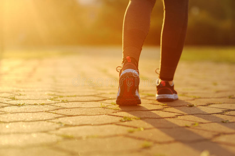 Frau und Laufschuhe, trainierend im Park lizenzfreies stockfoto