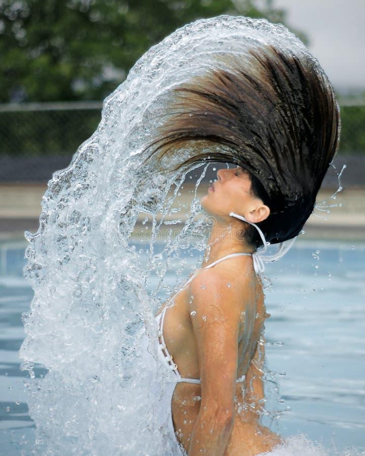 Frau und Lichtbogen des Wassers im Pool stockbilder