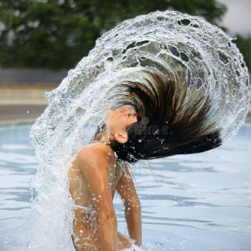 Frau und Lichtbogen des Wassers im Pool lizenzfreie stockfotografie
