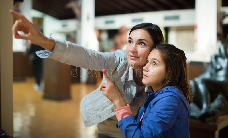 Frau und Mädchen im Museum lizenzfreies stockbild