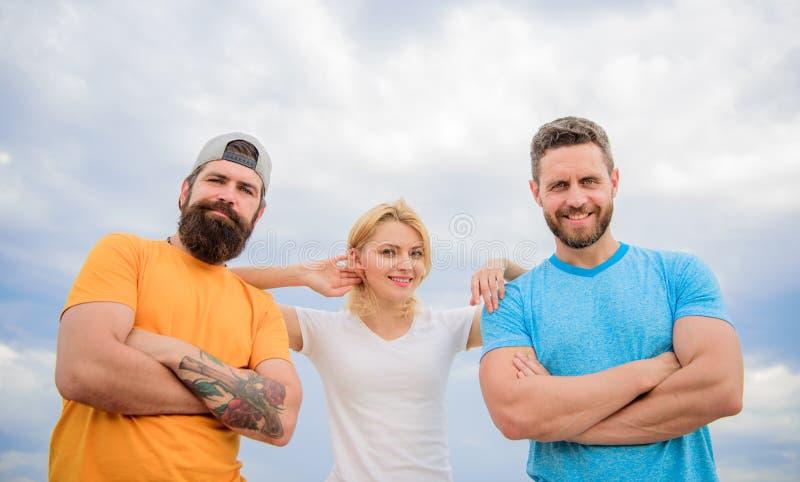 Frau und Männer schauen während der nahe Aufenthalt wie Team überzeugt Überzeugt in den Mannschaftskameraden Gefühl bequem mit stockfotografie