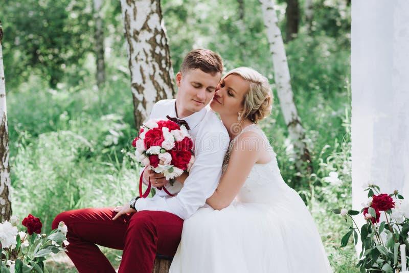 Frau und Männerbildnis Dame und Kerl draußen Hochzeitspaare in der Liebe, Nahaufnahmeporträt der jungen und glücklichen Braut und stockfotografie