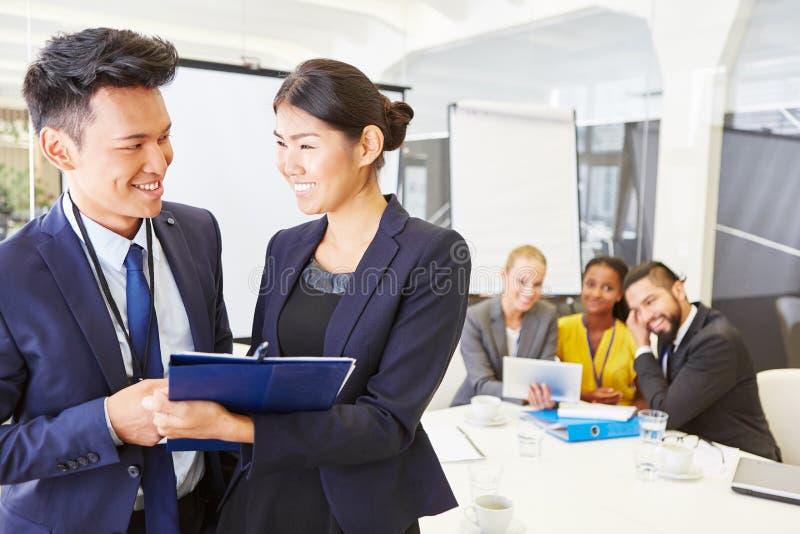 Frau und Mann als Berater lizenzfreies stockfoto