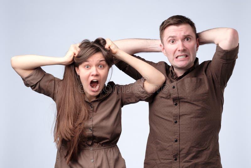 Frau und Mann in der braunen Kleidung werden entsetzt, überrascht, überrascht stockfoto