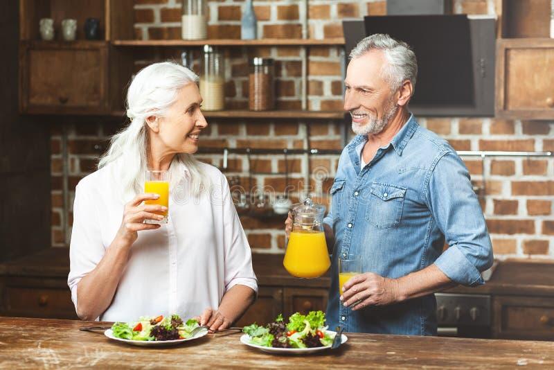 Frau und Mann, die einander betrachten lizenzfreie stockbilder