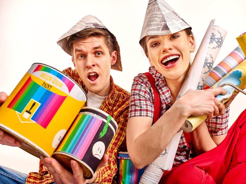 Frau und Mann führen Reparaturen in der Wohnung mit Farbenwand durch lizenzfreie stockfotos