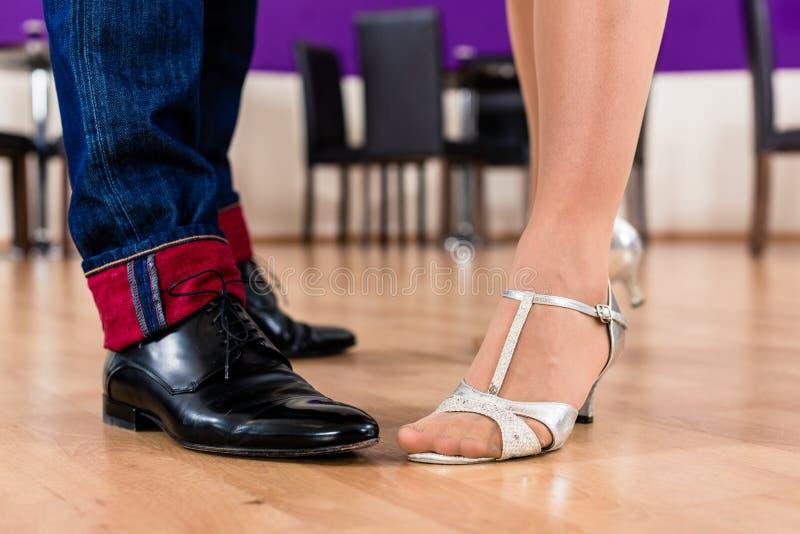 Frau und Mann mit ihren Tanzenschuhen stockfoto