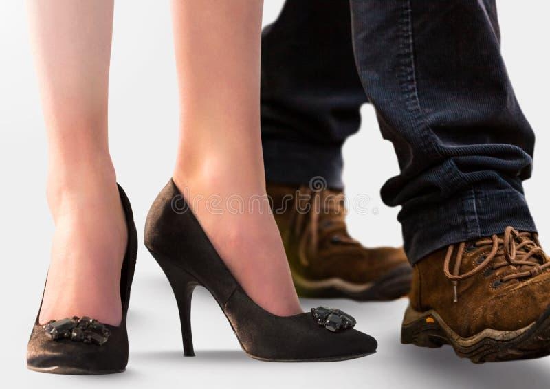 Frau und Mann ` s Füße mit hohen Absätzen und wandern Schuhen stockfotos