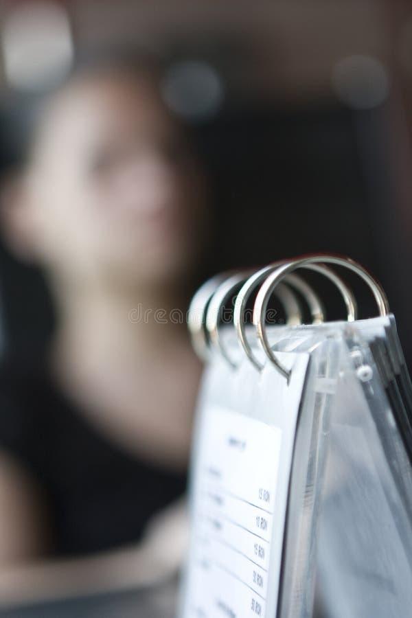 Frau und Menü lizenzfreie stockfotos