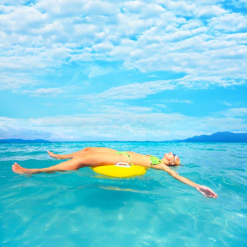 Frau und Ozean stockfotos