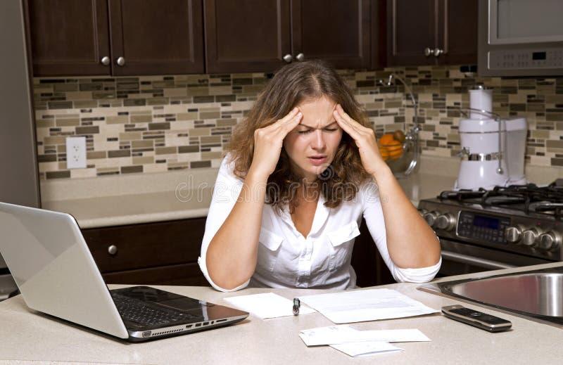 Frau und Rechnungen lizenzfreie stockbilder