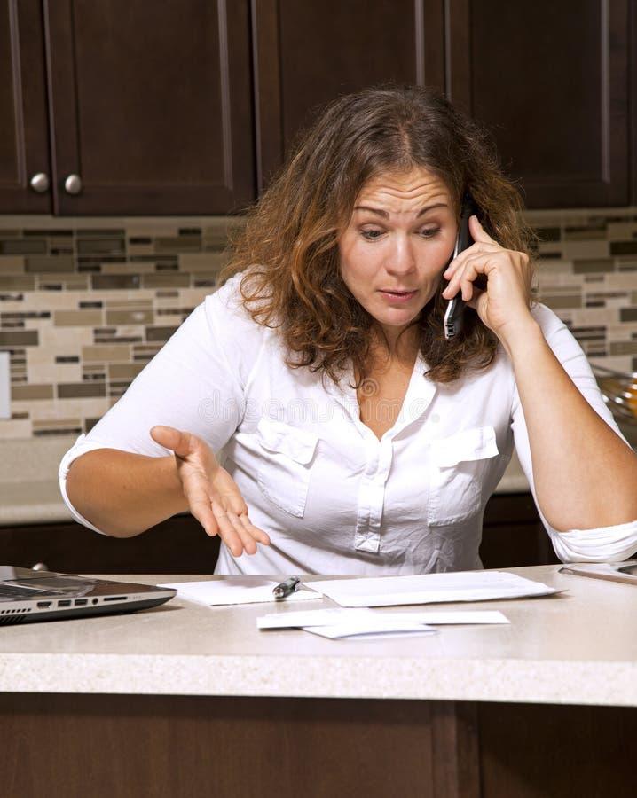 Frau und Rechnungen stockfoto