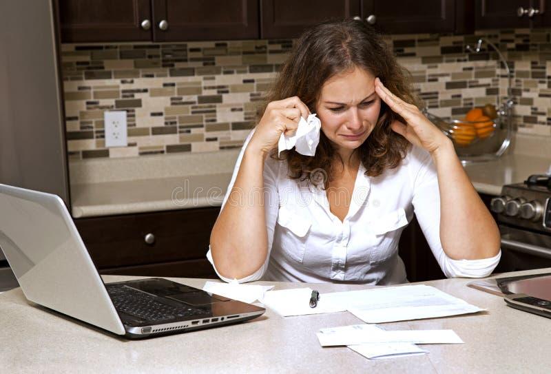 Frau und Rechnungen lizenzfreies stockbild