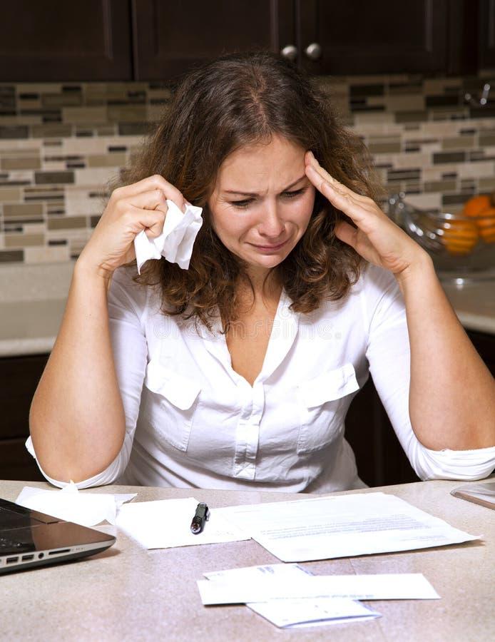 Frau und Rechnungen lizenzfreie stockfotos