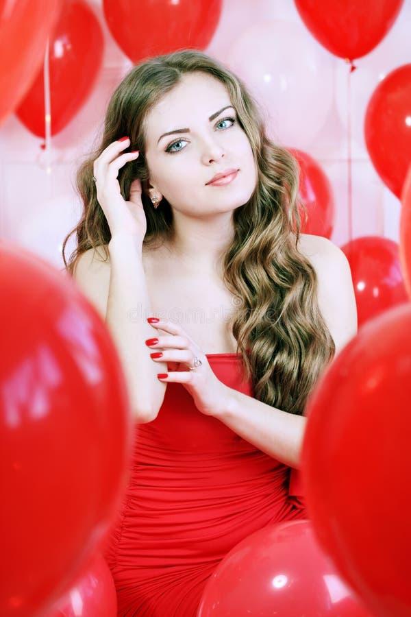 Frau und rote Bälle lizenzfreies stockfoto