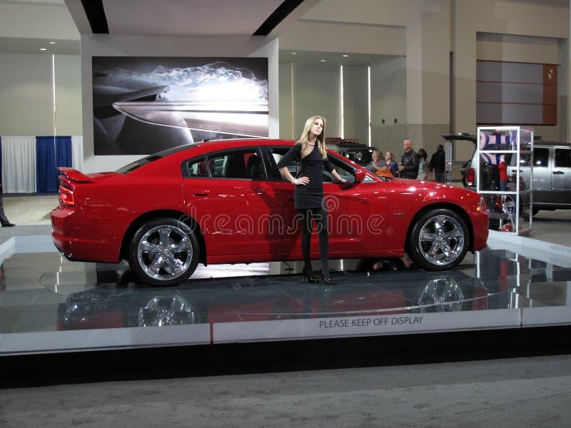 Frau und rotes Auto lizenzfreie stockfotos