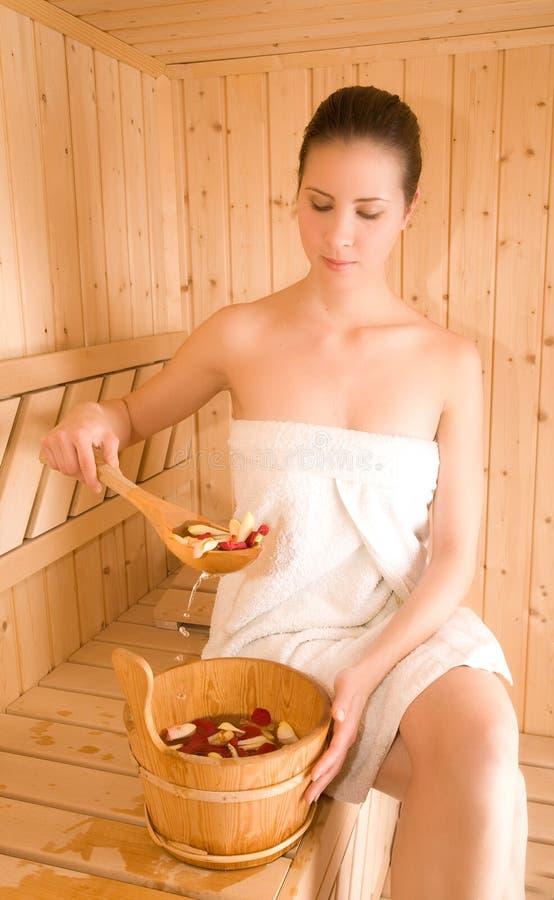 Frau und Sauna lizenzfreie stockbilder
