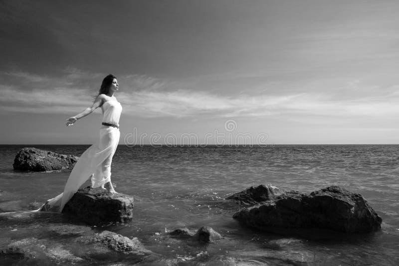 Frau und Seestrand stockfotos