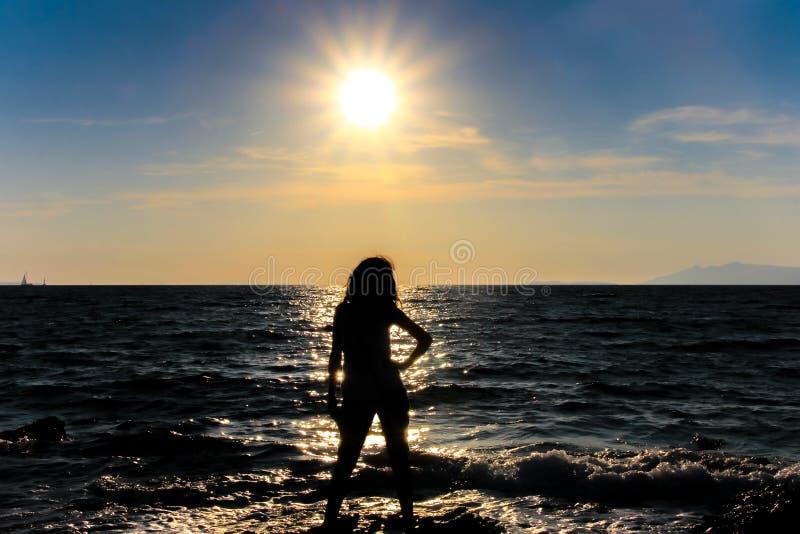 Frau und Sonne stockfotografie