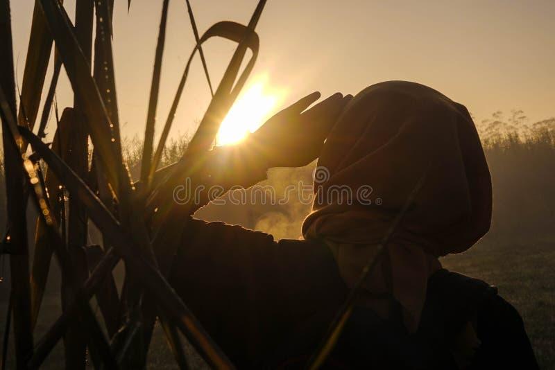 Frau und Sonnenaufgang in den rancaupas stockfoto
