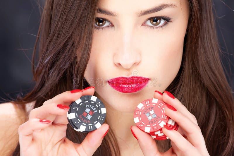 Frau und spielende Chips lizenzfreie stockbilder