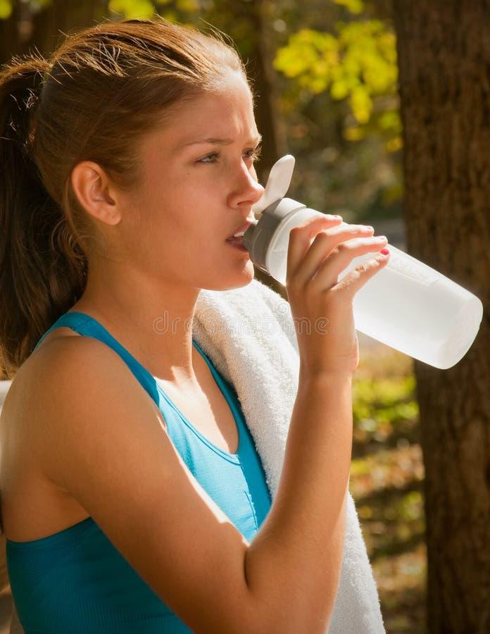 Frau und Sport-Wasser-Flasche stockbild
