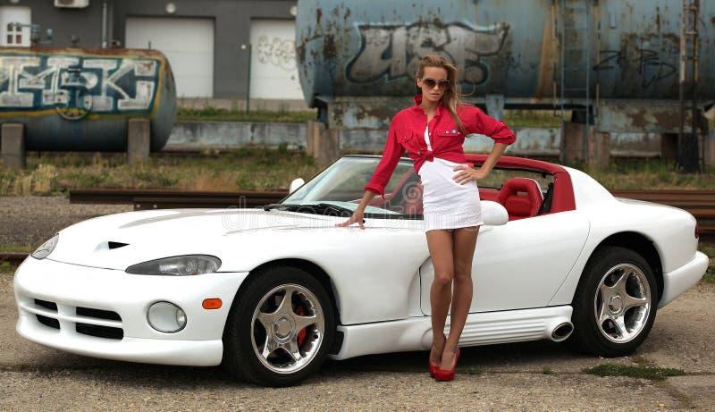 Frau und Sportauto lizenzfreies stockbild