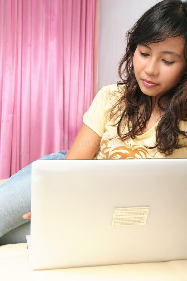 Frau und Technologie stockbilder
