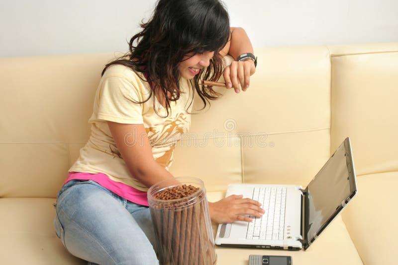 Frau und Technologie lizenzfreies stockfoto