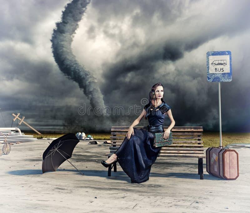 Frau und Tornado stockfotos