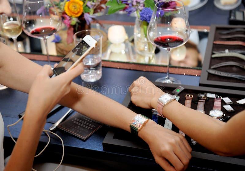 Frau und Uhren lizenzfreie stockfotos
