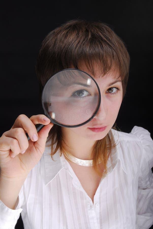 Frau und Vergrößerungsglas lizenzfreies stockbild