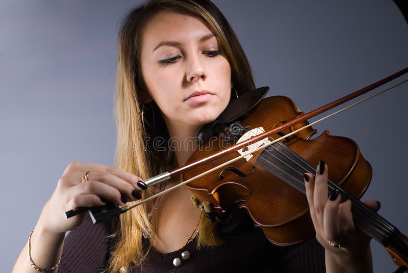 Frau und Violine lizenzfreies stockbild