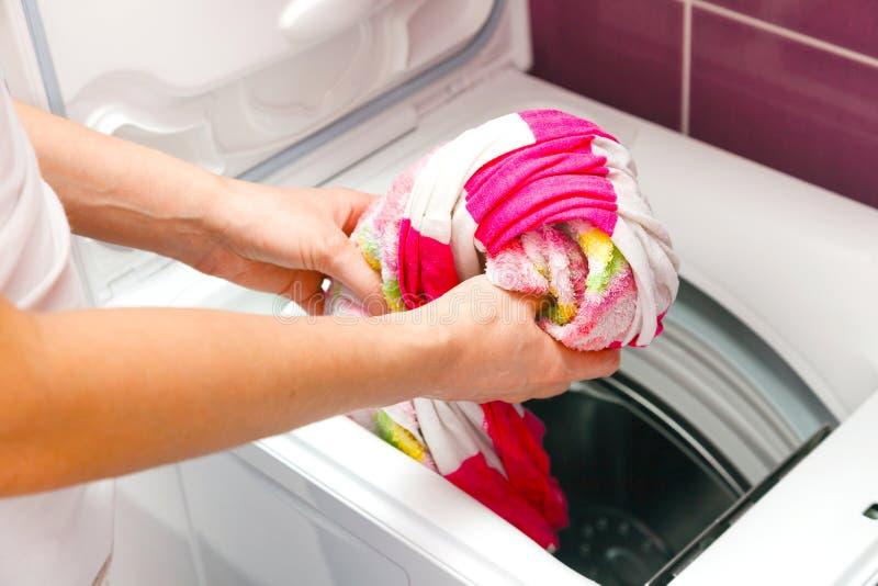 Frau und Waschmaschine stockfotografie