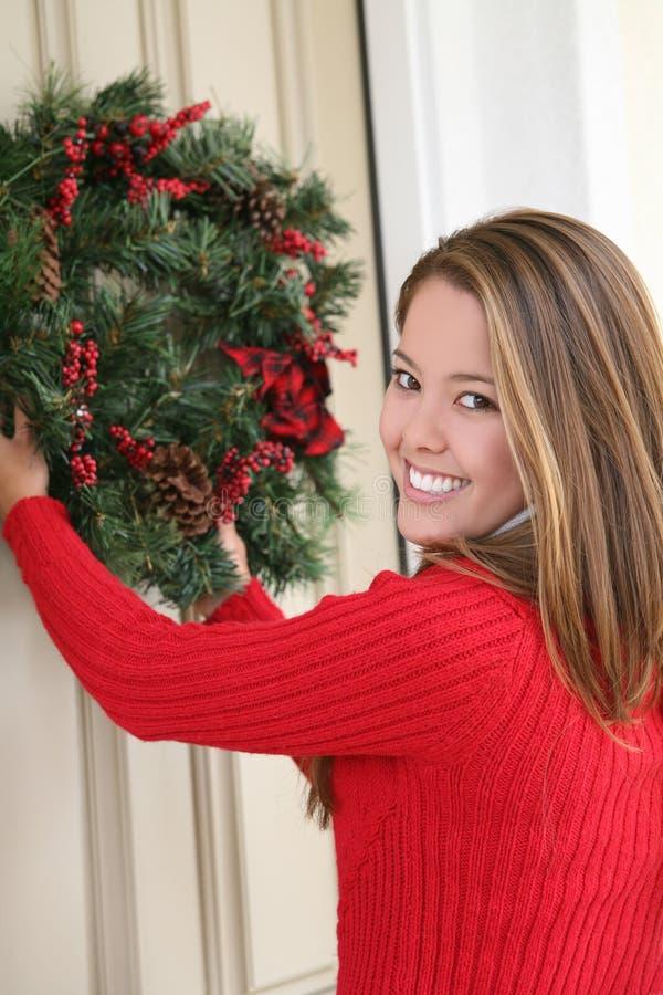 Frau und WeihnachtsWreath lizenzfreies stockbild