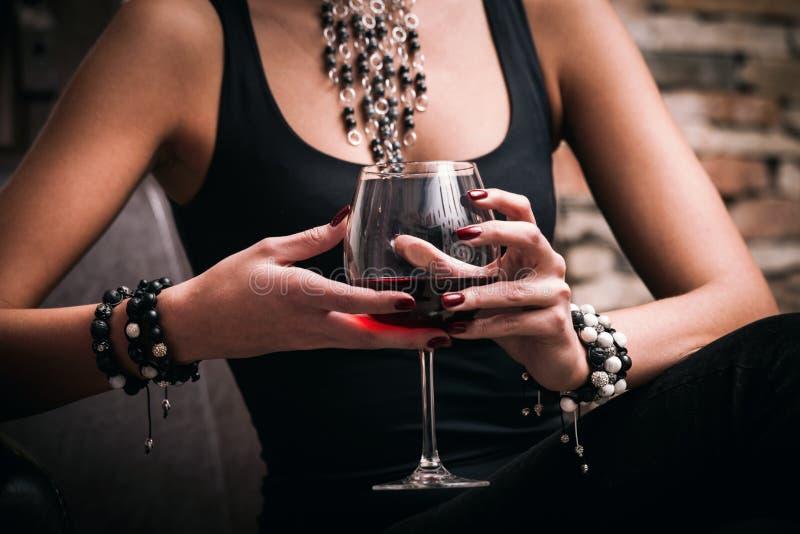 Frau und Wein stockfotos