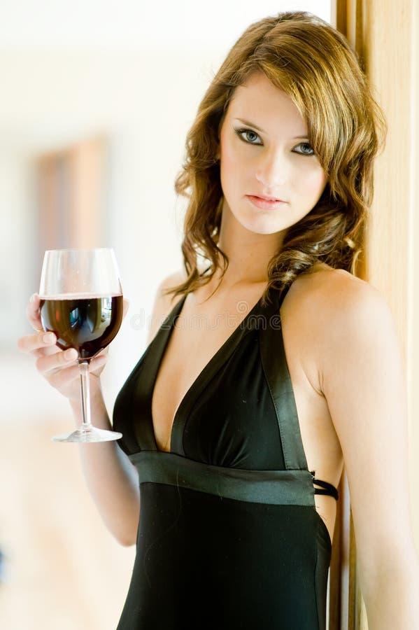 Frau und Wein lizenzfreie stockfotos