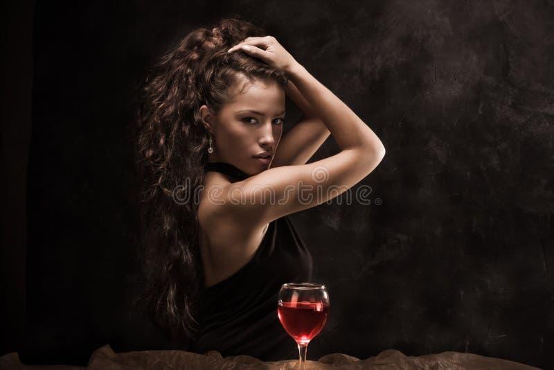 Frau und Wein lizenzfreie stockfotografie