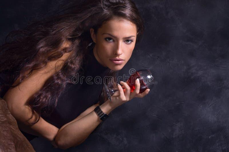 Frau und Wein stockbilder