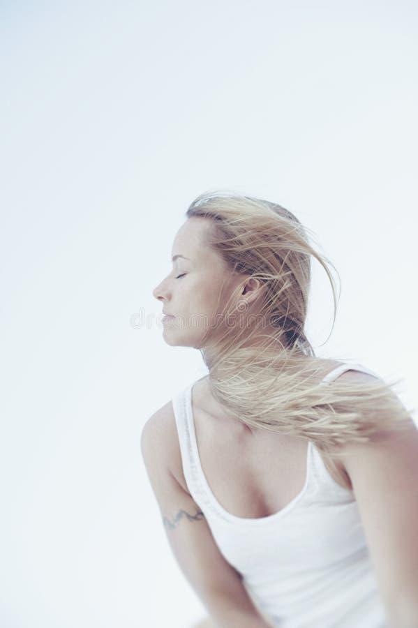 Frau und Wind stockfotos