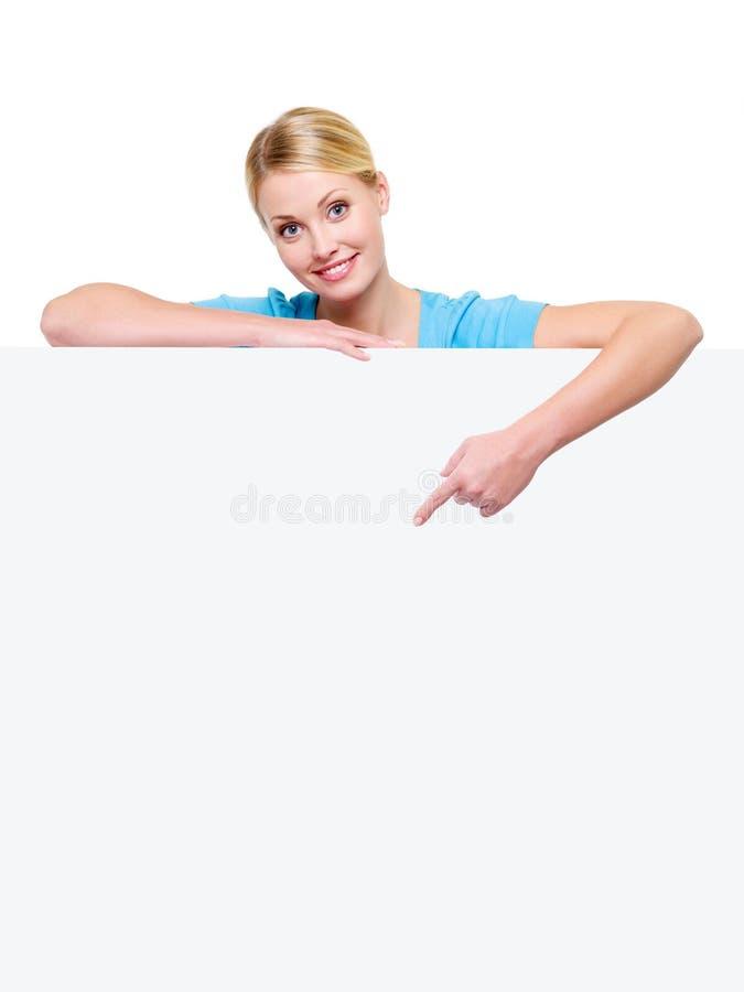 Frau unter der leeren Fahne zeigt auf sie lizenzfreies stockfoto