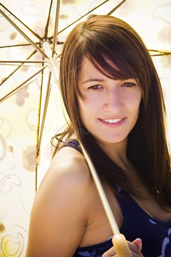 Frau unter Regenschirm lizenzfreies stockbild