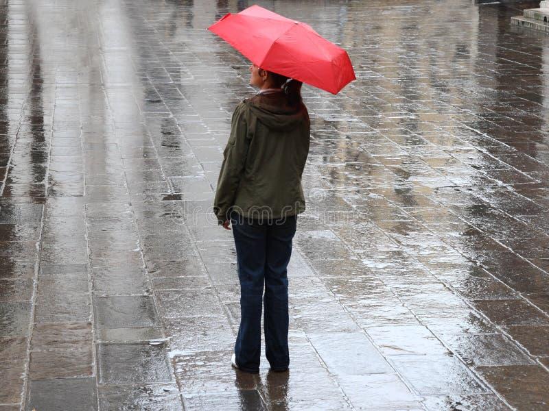Frau Unter Rotem Regenschirm Stockfotos
