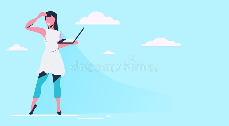 Frau unter Verwendung stehenden Modekleidung des glücklichen Mädchens des Laptops der tragenden, aufzuwerfen flachen blauen Himme vektor abbildung